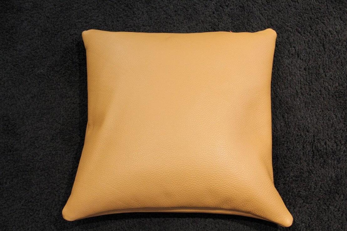 coussin en cuir carr 45 x 45 cm bomb. Black Bedroom Furniture Sets. Home Design Ideas