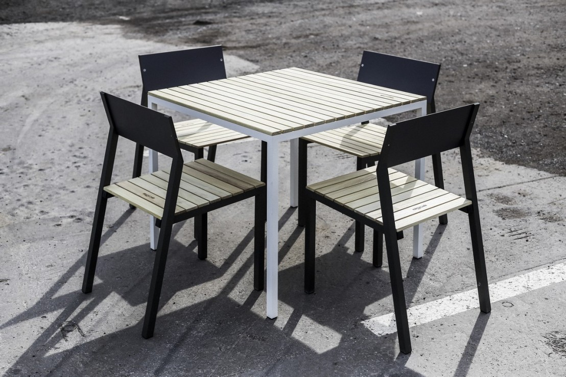 ensemble repas cora table carr e et 4 chaises m tal aluminium de couleur et bois massif. Black Bedroom Furniture Sets. Home Design Ideas