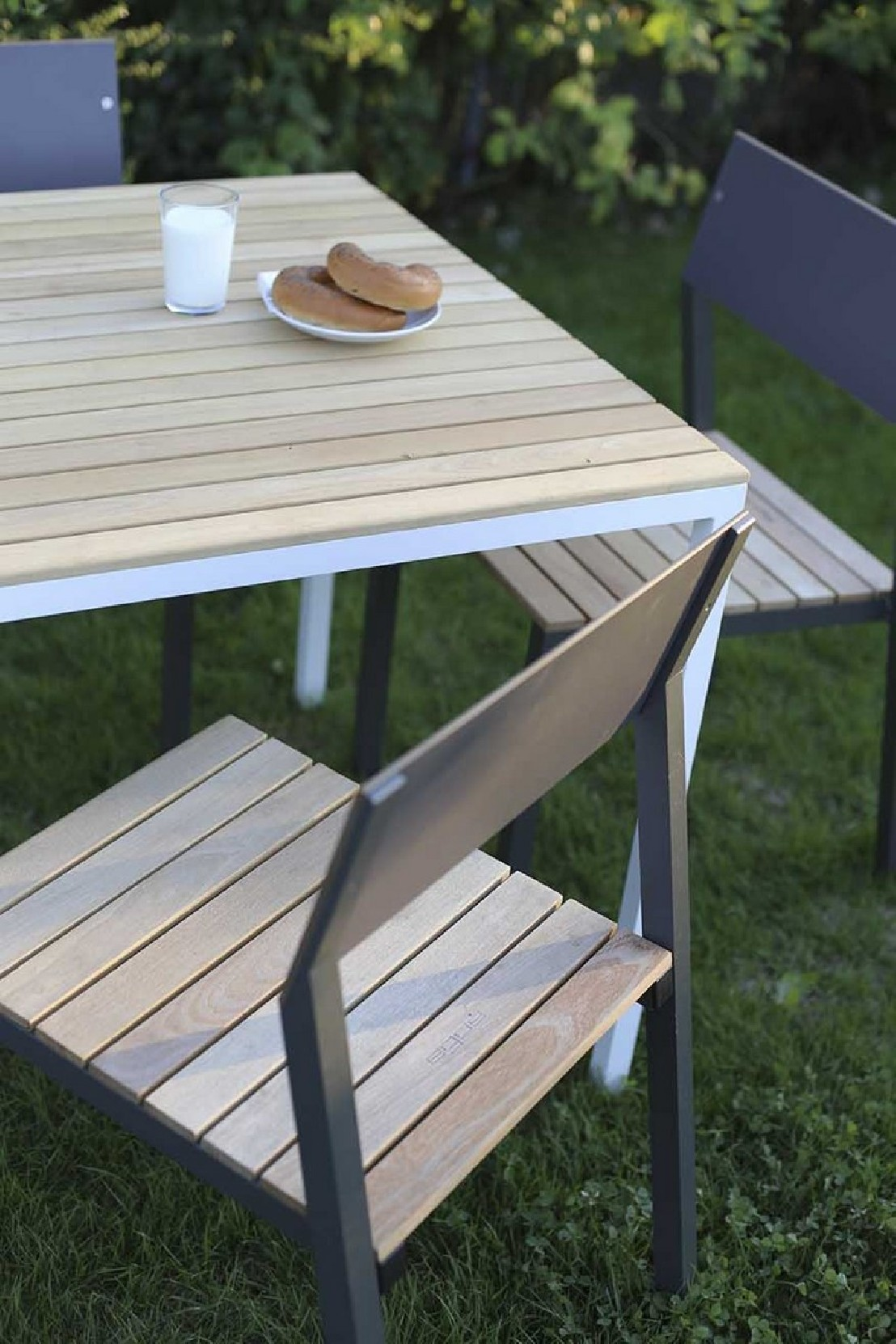 Ensemble repas cora table carr e et 4 chaises m tal aluminium de couleur et bois massif - Table jardin bois et metal rouen ...