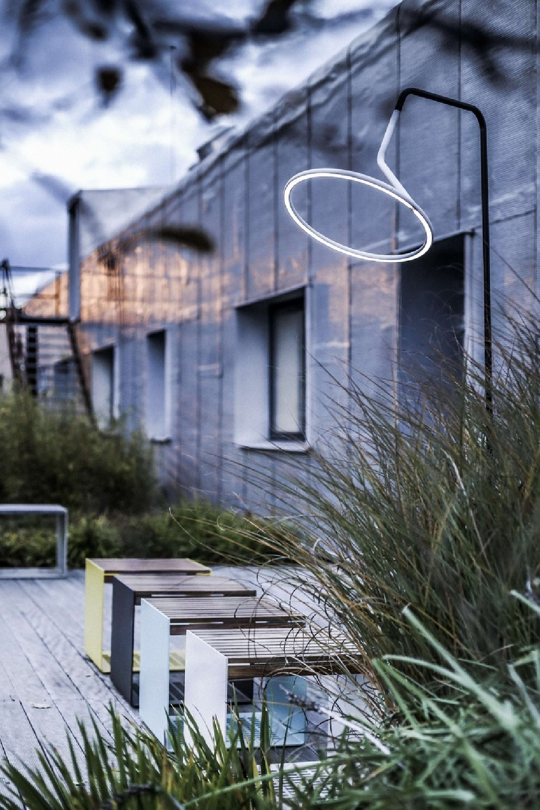 Lampadaire design courb led laso pour clairage ext rieur for Lampadaire exterieur design led