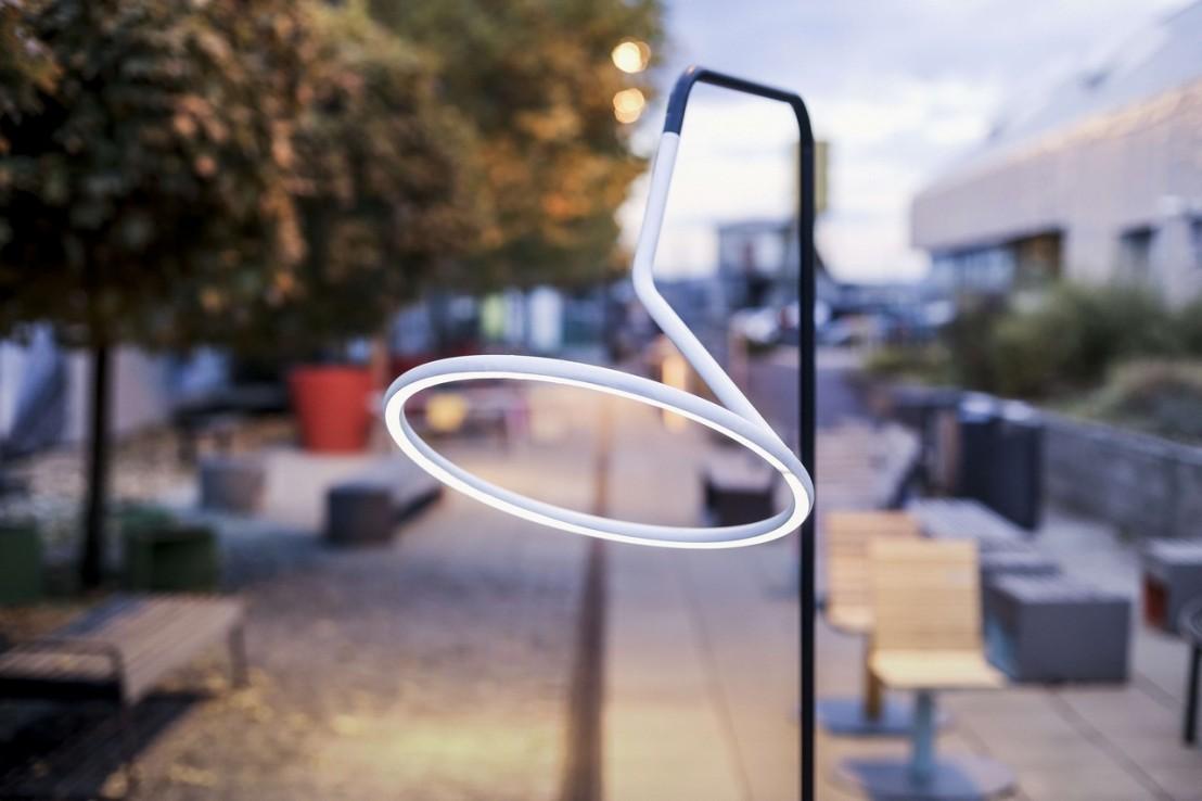 Lampadaire design courb led laso pour clairage ext rieur for Eclairage exterieur led design