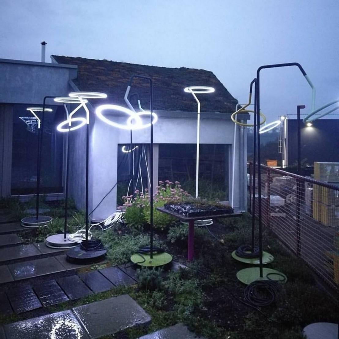 lampadaire design courb led laso pour clairage ext rieur en m tal acier et aluminium de. Black Bedroom Furniture Sets. Home Design Ideas